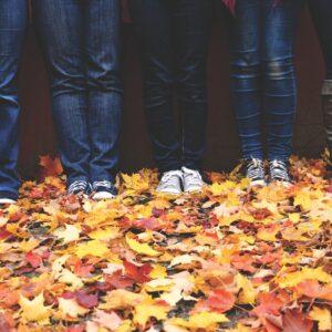 afbeelding van voeten in bladeren bij een blog over engelen