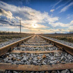spoorstaven die laten zien hoe een trein in sneltreinvaart gaat