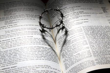 de doornenkroon van Jezus is een teken van zijn liefde