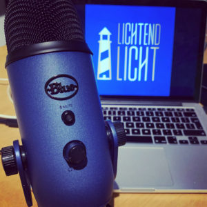 Logo en microfoon van de christelijke podcast van LichtendLicht, vol inspiratie over het dagelijks volgen van Jezus