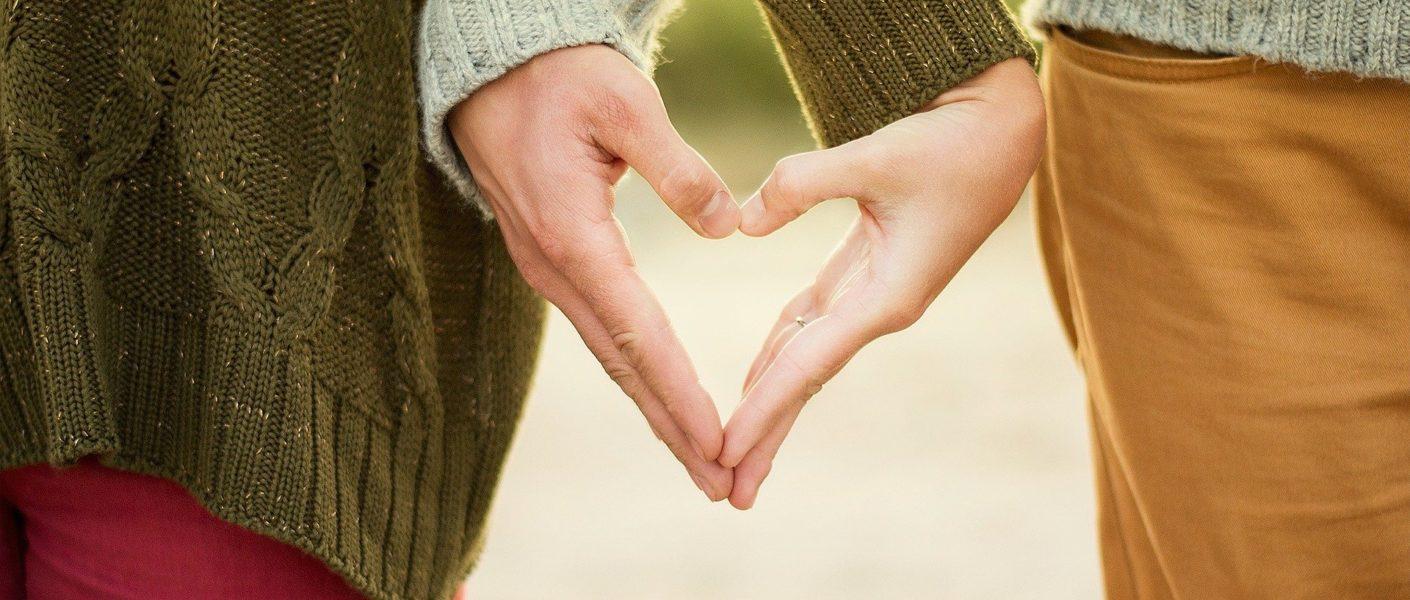 een christelijk koppel heeft elkaar een hand in hartvorm