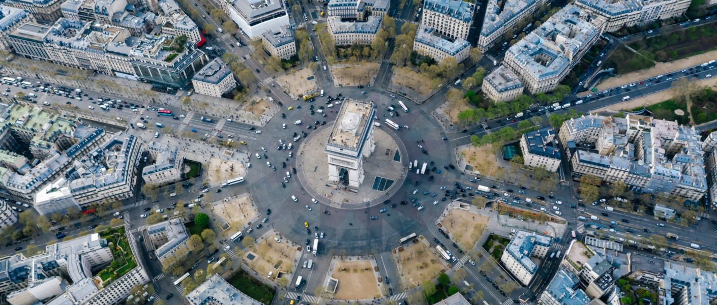 arc de triomphe monument at the center of the roundabout